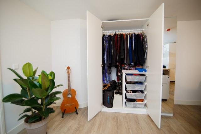 Dressing ouvert sur une chambre avec parquet