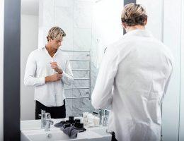 homme qui s'habille dans une salle de bain