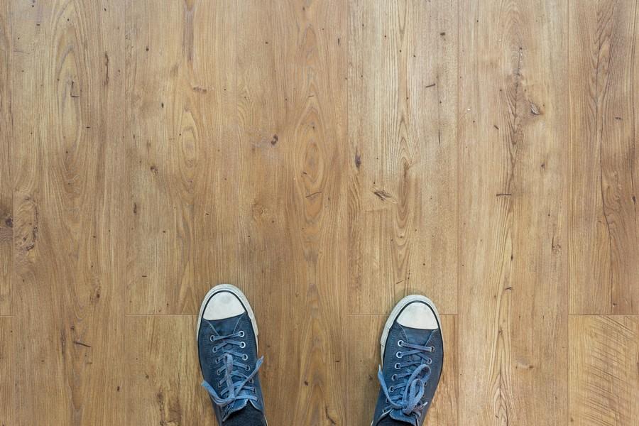 pieds sur un plancher en bois