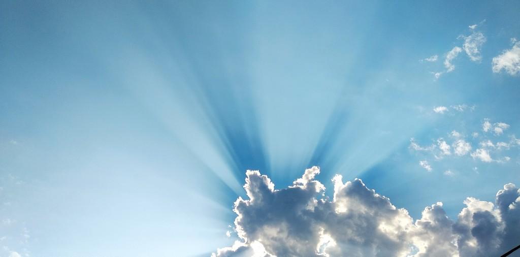 rayons du soleil à travers un nuage dans le ciel