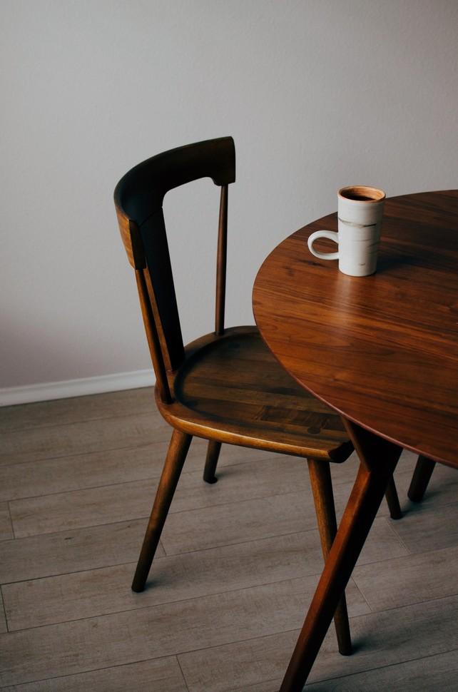 chaise et table en bois sombre