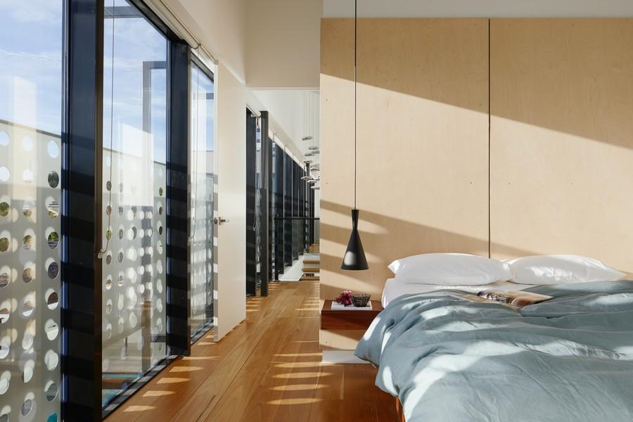 chambre moderne avec de grands espaces