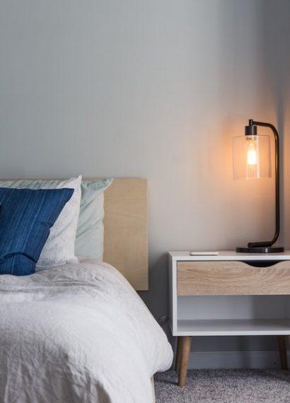 chambre moderne avec des coussins