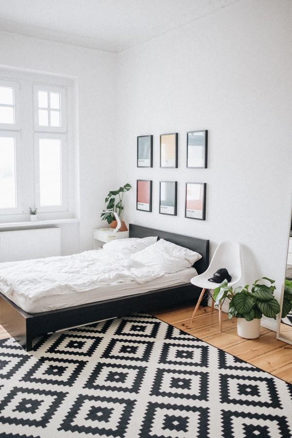 chambre moderne avec un tapis et des tableaux au dessus du lit