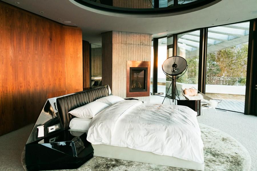 chambre moderne dans un loft avec un mur en bois