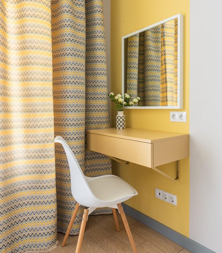 espace coiffeuse dans une chambre avec un mur jaune
