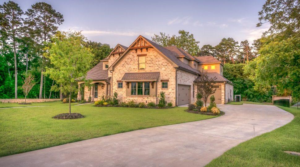 maison avec un aménagement extérieur devant