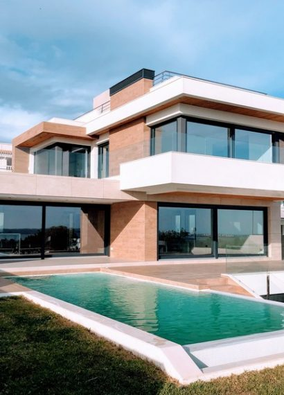 maison cubique moderne bicolore avec une piscine devant