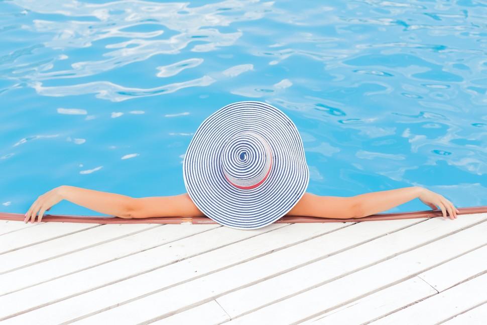 piscine adossée à la terrasse de la piscine hors sol