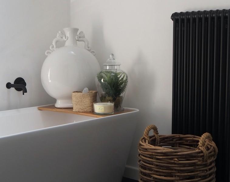 radiateur lamellaire noir en élément de décoration