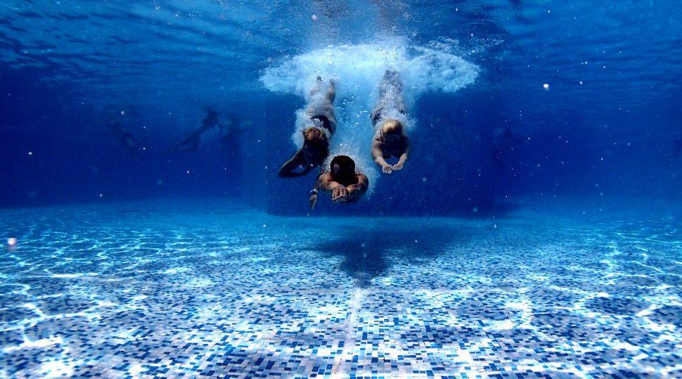 trois hommes qui ont plongé sous l'eau