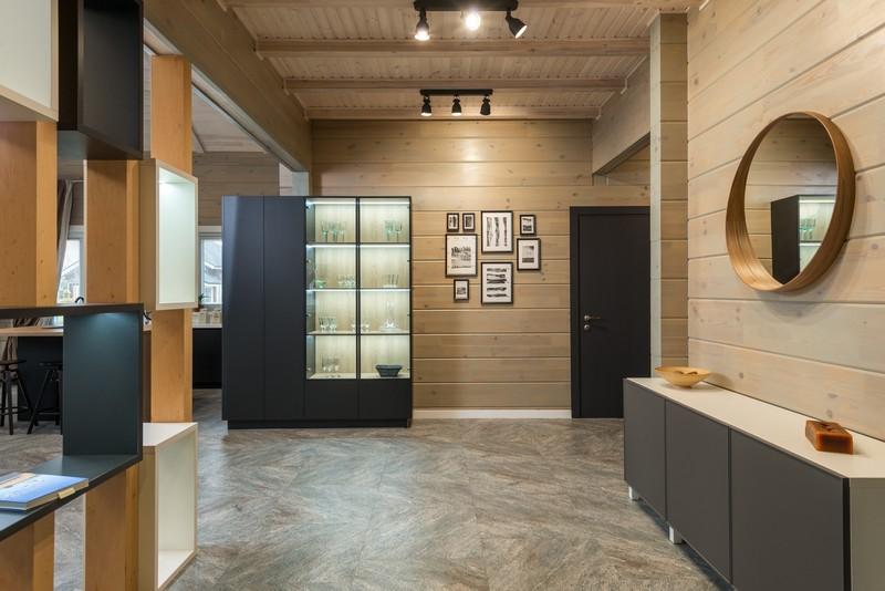 couloir avec un mur de cadres