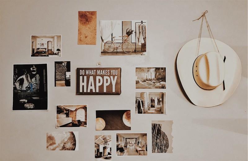 mur avec différentes illustrations et affiches