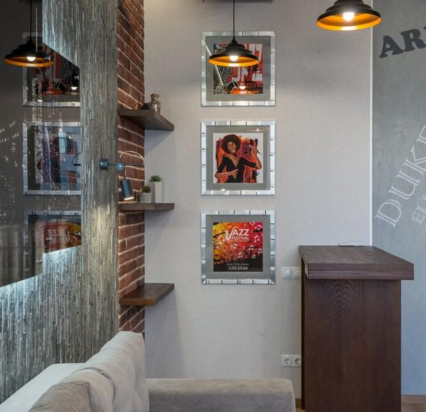mur de cadres avec un ensemble triptyque